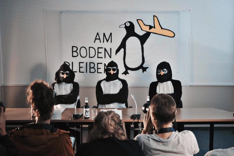 """Eröffnung des BER erfolgreich sabotiert + Pinguine bekennen sich zu """"Berlins effektivster Klimaschutzmaßnahme"""""""