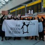 Hunderte Klimaaktivist*innen unterwegs zur Blockade der BER-Eröffnung ++ Vielfältige Proteste fordern Reduktion des Flugverkehrs
